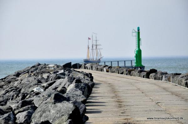 Titel: vest for havnens ydre mole venter eventyret Uploadet: 30. april 2010 Af: JegvanÅkerstrøm Størrelse: 600 x 398 pixels