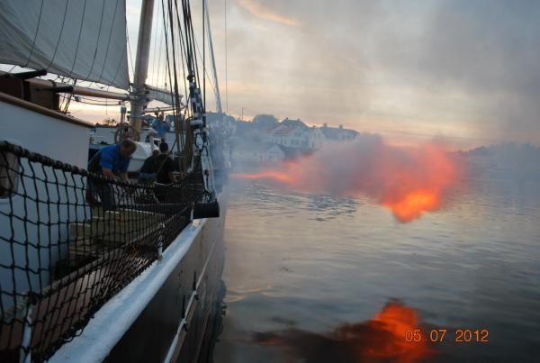 Beskrivelse: Der gives ild. Uploadet: 13. august 2012 Af: JegvanÅkerstrøm Størrelse: 600 x 403 pixels